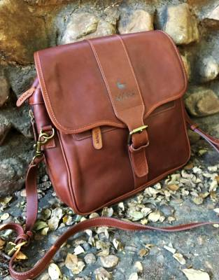 We recommend safari-friendly, neutral colours on safari. In brown leather, this bag is suitable for your safari and everyday adventures, acquiring its own special character with age.