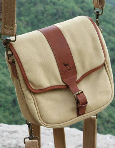 We recommend safari-friendly, neutral colours on safari. In Safari Tan, the colour of this canvas and leather bag is suitable for all African travels and adds safari styling to your every day adventures