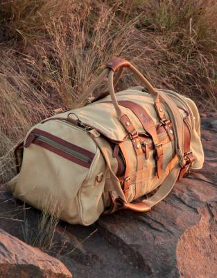 We recommend safari-friendly, neutral colours on safari. In Safari Tan, the colour of this canvas and leather bag adds safari styling to your travels and every day adventures