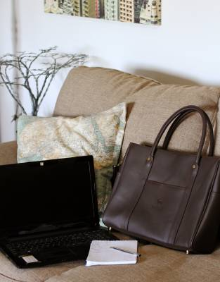 Made from safari-grade leather, this business bag exudes natural elegance both in and out of the office.