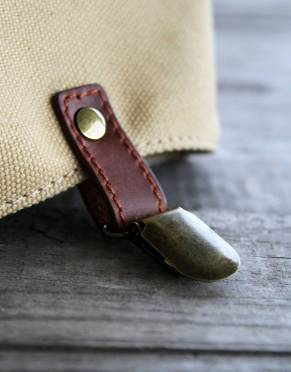 The brass clip on the front of the canvas gaiters secures them to your shoes and complements their classic styling.