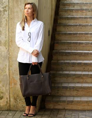 Paired with the Mara&Meru™ Boyfriend Shirt, this bag enhances your outfit to create a sophisticated corporate look.