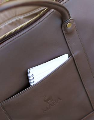 Two open side pockets on both sides of the bag are perfect for small notebooks and those on-the-go items
