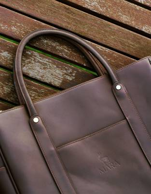 The Business Bag has fixed leather handles to carry in your hand, over your elbow, or over your shoulder.
