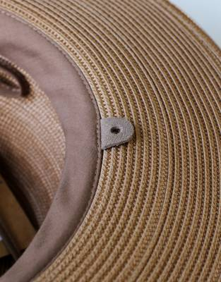Attach the neck cord to the Mara&Meru™ Panama Safari Hat via the discreet leather tabs on the sweatband on the inside of the hat.