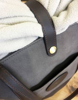 The leather tab with press-stud closure on the top of the bag secures light jerseys and jackets - keeping them close at hand should the weather change.