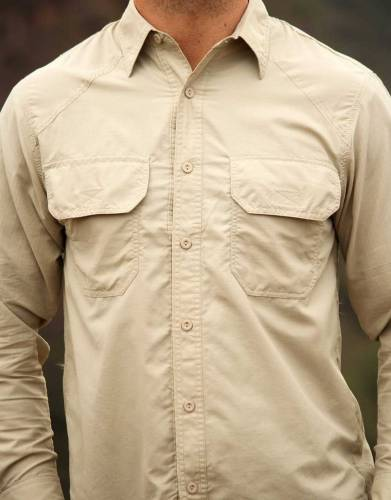 The two chest pockets on this shirt feature Velcro closure for easy access.