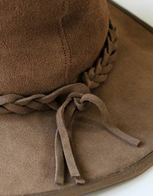Lined with a plaited leather band, the braided leather complements the overall styling of this adventure hat.