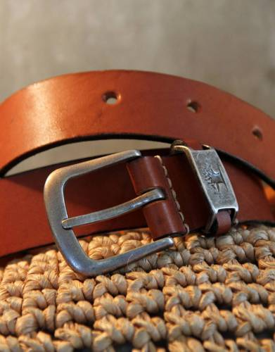 The solid, silver-toned buckle is hard-wearing and enhances the overall styling of the belt.