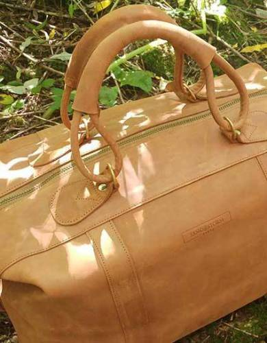 With solid brass features, this bag captures the finesse and untamed nature of the safari aesthetic.