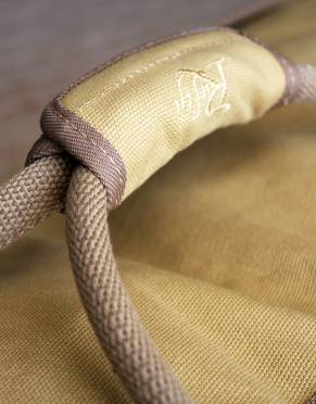 The Rufiji™ Safari Traveller has thick woven straps with a padded handle which fits comfortably in the hand.