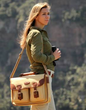 The Rufiji Safari Satchel is made for men and women. The thick woven canvas shoulder strap means you get hands-free versatility when game-viewing and bird-watching.
